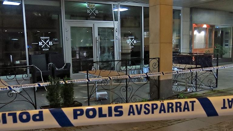 Något har exploderat utanför entrén till R&B restaurang på Baltzarsgatan i Malmö. Foto: Karin Olsson-Bendix/Sveriges Radio