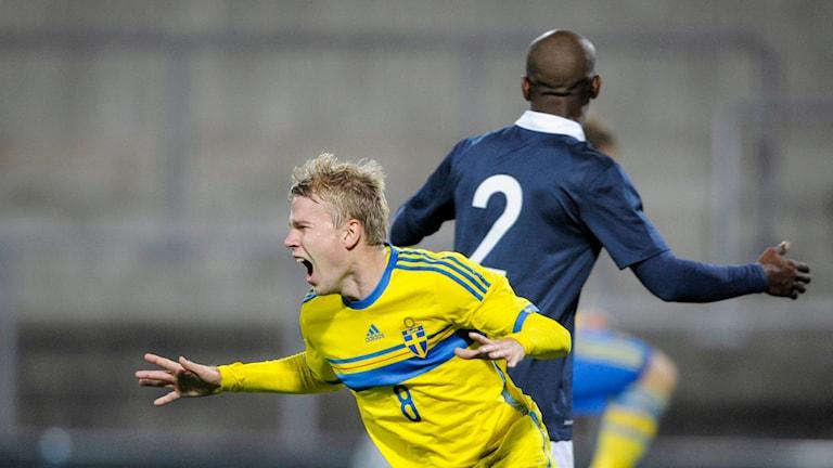 Oscar Lewicki, nu i Malmö FF, jublar efter ett mål för svenska U21-landslaget. Foto: Björn Lindgren/TT