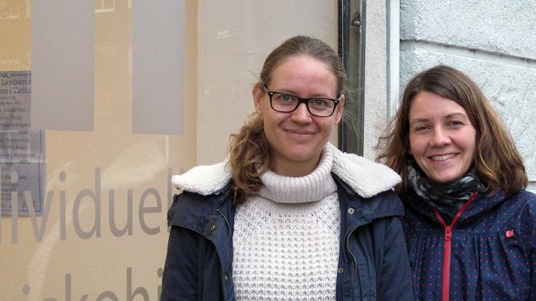 Moa Nyberg och Helena Larsson leder IM-grupper för att hjälpa barn och föräldrar finna sig tillrätta i Sverige. Foto: Bosse Johansson/Sveriges Radio