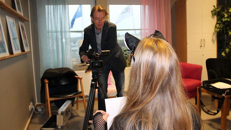 Regissör Jan Linell förbereder intervjun med Wilma Kennryd
