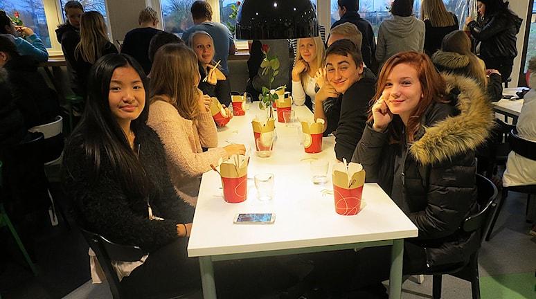 Elin Andersson Hilma Gudjonsdottir från klass 9C. Foto: Edina Hrustic/Sveriges Radio