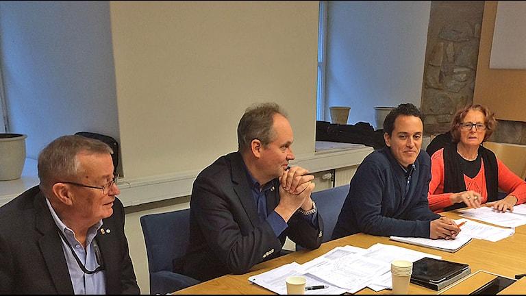 Torsten Chernyson (KD), Christer Wallin (M), Philip Sandberg (FP) och Inga-Kerstin Eriksson som presenterar alliansens budgetförslag. Foto: Dimitri Lennartsson/Sveriges Radio