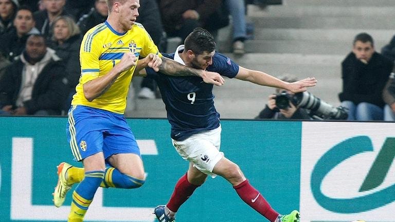 Förre Malmöspelaren Pontus Jansson i kamp med Frankrikes Andre-Pierre Gignac i landskampen i Marseille. Foto: Claude Paris/TT