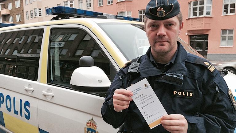 Paul Juhlin, befäl vid Malmöpolisen, visar det nya flygbladet som man hoppas ska ge fler tips. Foto: Madeleine Fritsch-Lärka/Sveriges Radio