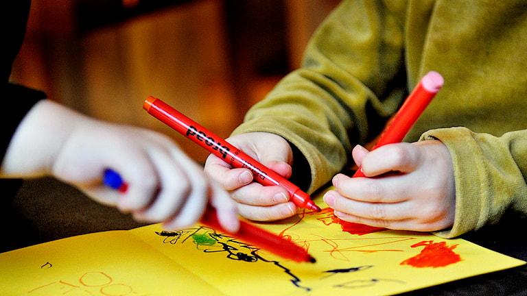 Barn ritar en teckning på dagis. Foto: Jurek Holzer/TT