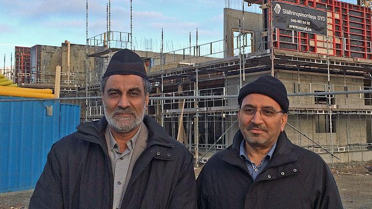 Mamoon Ur Rashid, ordförande i svenska Islam Ahmadiyyaförsamlingen och Ahsan Ullah, projektansvarig för moskén. Foto: Anton Kalm/Sveriges Radio