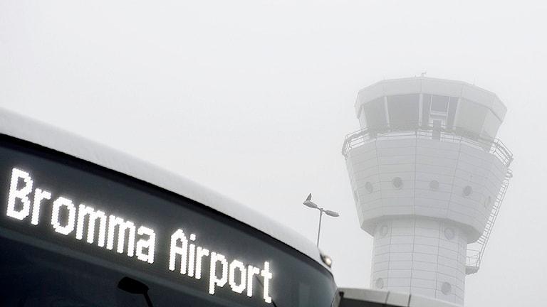 Tät dimma stoppade flygtrafiken till och från Bromma flygplats. På bilden en flygbuss framför flygledartornet på Bromma flygplats. Foto: Pontus Lundahl/TT