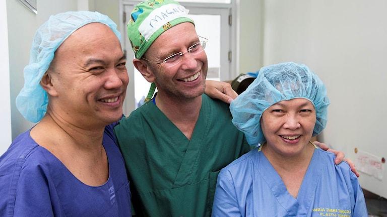 SUS-läkaren Magnus Becker tillsammans med vietnameisk vårdpersonal under Operation Smile. Foto: Max-Michel Kolijn