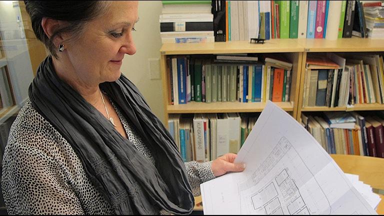 Bygglovschefen Ann-Charlotte Wedelsbäck studerar ritningarna. Foto: Anna Hanspers/Sveriges Radio