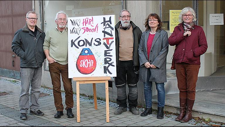 Nils-Eric Magnusson, Björn Weiland, Thommy Sköld, Pernilla Bengtsson och Görel Collin, i Skurupsbygdens Konst & Hantverksförening. Foto: Mali Thelin/Sveriges Radio