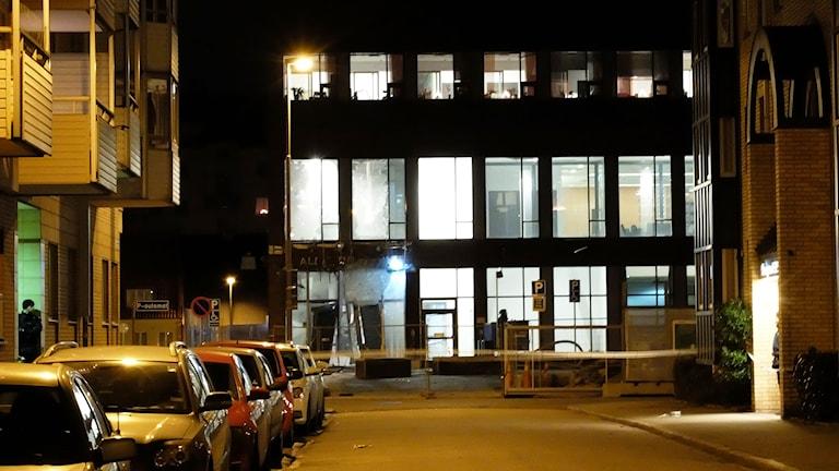 Entrén till Malmö tingsrätt förstördes i explosionen vid Rättscentrum natten till måndagen. Foto: Alexander Zeilon Lund/Sveriges Radio