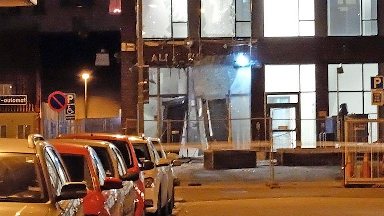 Entrén till Rättscentrum på porslinsgatan i Malmö, som fick stora skador av explosionen. Foto: Alexander Zielon Lund/Sveriges Radio
