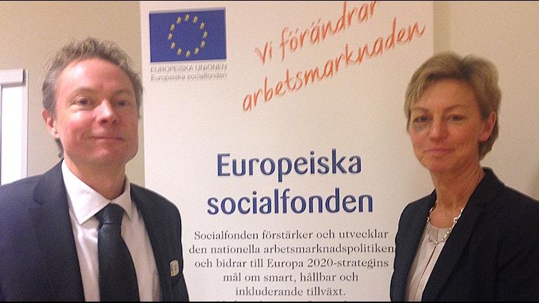 Andreas Larsson och Åsa Lindh från svenska ESF-rådet har pengar att dela ut till projekt som ger unga jobb. Foto: Felicia Frithiof/Sveriges Radio