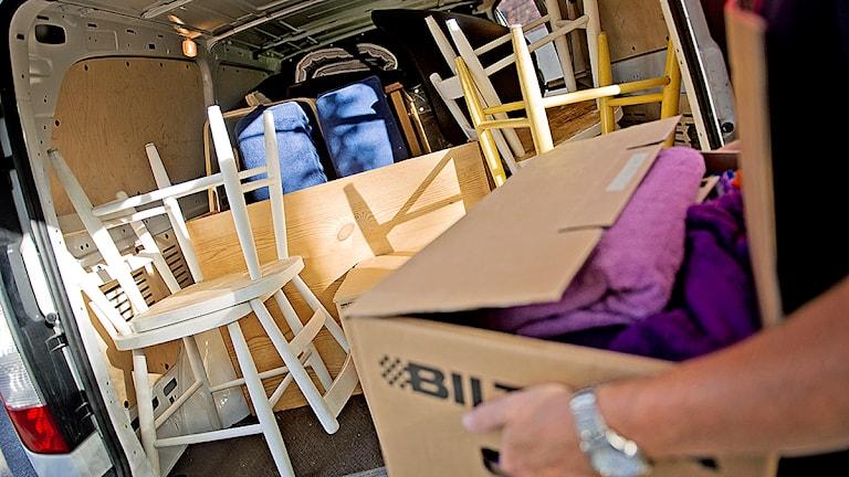 En person lastar sina ägodelar i en skåpvagn. Foto: Erik Mårtensson/TT