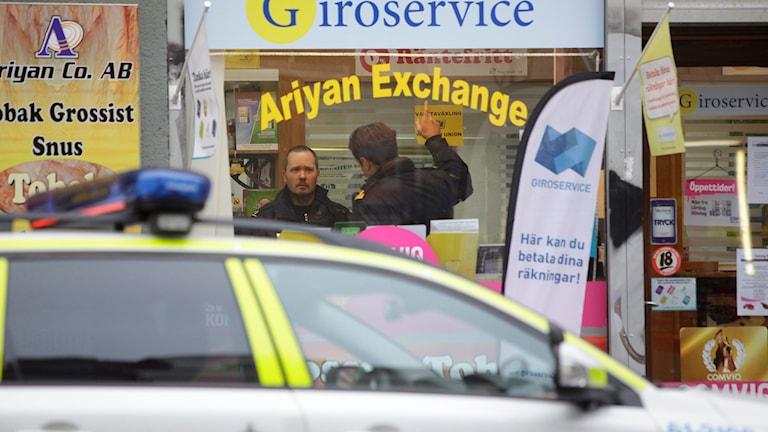 Poliser på plats efter rån mot växlingskontor på Möllevången i Malmö. Foto: Drago Prvulovic/TT