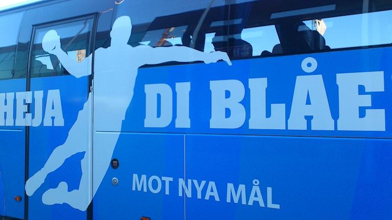 Konkursade handbollsklubben H43:s spelarbuss. Foto: Hans Zillén/Sveriges Radio
