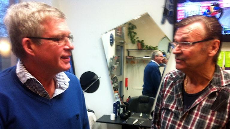 Jan Börjesson och Tommy Lindström, ledsna H43-are efter handbollskonkursen. Foto: Patrik Hekkala/Sveriges Radio