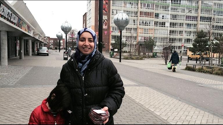 Manar Hassan med dotter vid torget. Foto: Madeleine Fritsch-Lärka/Sveriges Radio