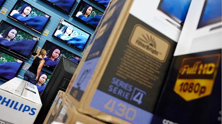 n kund väljer bland olika platt-tv i en butik Foto: Fredrik Persson/TT