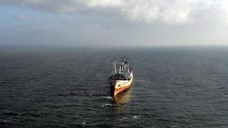 Ett ryskt torrlastfartyg står på grund i Flintrännan, söder om Öresundsbron. Grundstötningen skedde under lågvatten i november 2001. Foto: Kustbevakningen