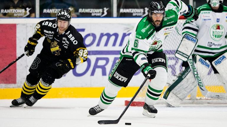 Rögles Andreas Lilja jagas av AIK-are. Foto: Andreas Hillergren/TT