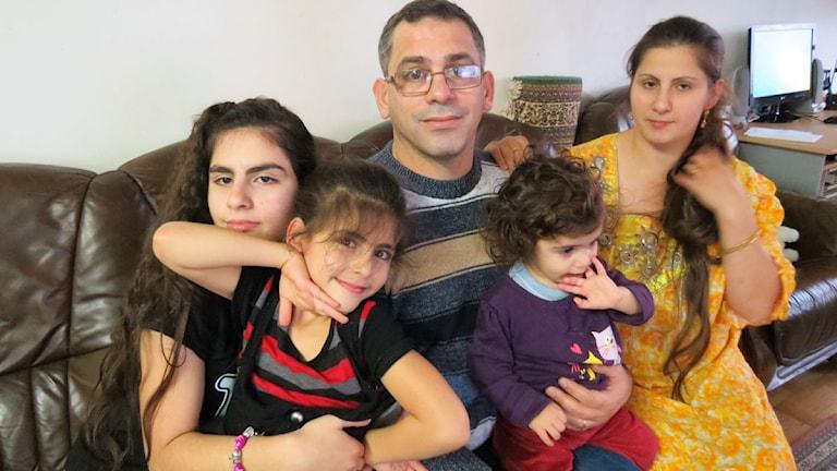 Familj som bor trångt
