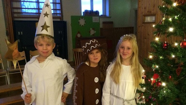 Stjärngossen Max, pepparkaksgumman Nicole och tärnan Alma går i tvåan på Tottarpsskolan.
