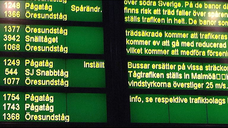 Skylt: Inställda tåg. Foto: Tobias Wallin/Sveriges Radio