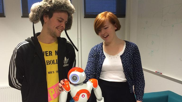 Roboten Nao tillsammans med forskarna David Sivén och Amanda Bjernestedt. Foto: Anton Kalm /Sveriges Radio