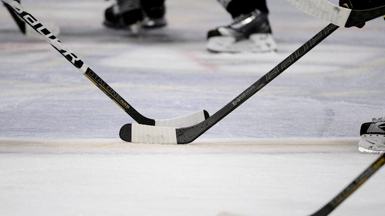 Hockeyklubbor. Nersläpp. Skridsko. Is. Foto: Pontus Lundahl/TT