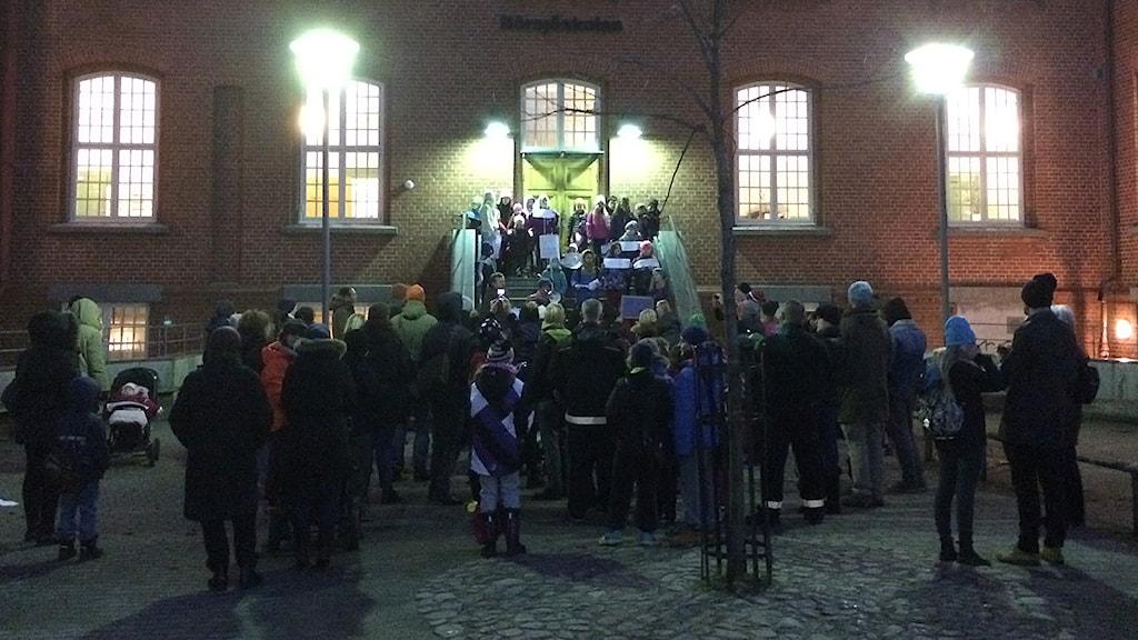 Elever och föräldrar på Rörsjöskolan i Malmö samlades för att protestera mot beslutet att flytta eleverna till Kirsebergsskolan. Foto: Anton Kalm/Sveriges Radio