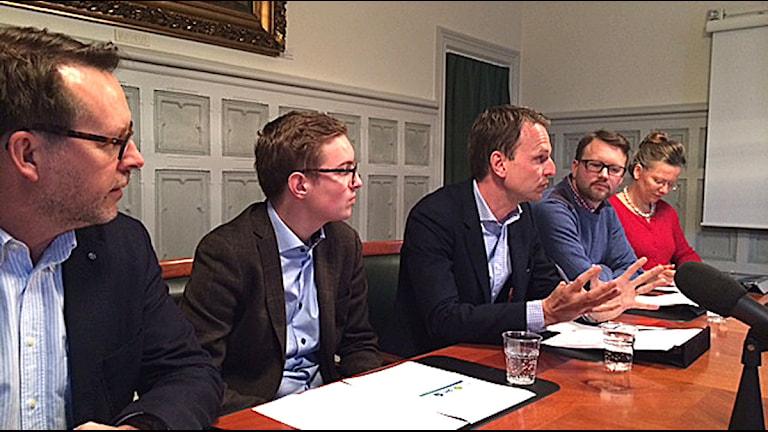 Lars Thunberg (KD), Johnny Cato Hansson (C), Peter Danielsson (M), Marcus Friberg (MP)och Maria Winberg Nordström (FP). Foto: Anna Hanspers/Sveriges Radio