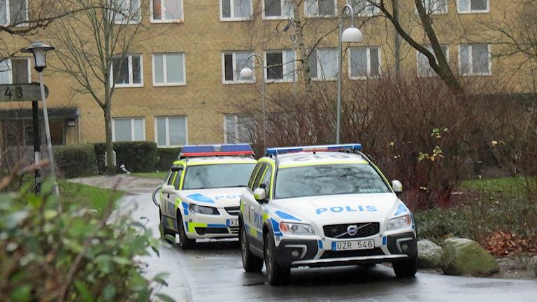 Polisen på plats i Rosengård för att lugna efter helgens sprängningar. Foto: Raluca Dintica/Sveriges Radio