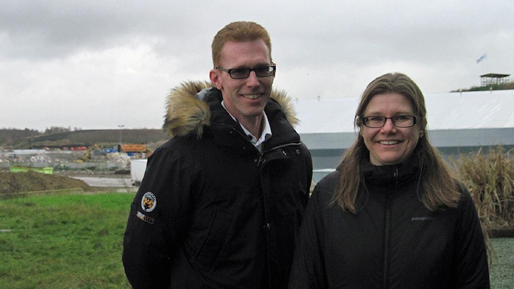 Patrik Johansson från Båstads kommun och Ceclia Holmblad från NSR arbetar tillsammans i projektet Skitlite. Foto: Bosse Johansson/Sveriges Radio