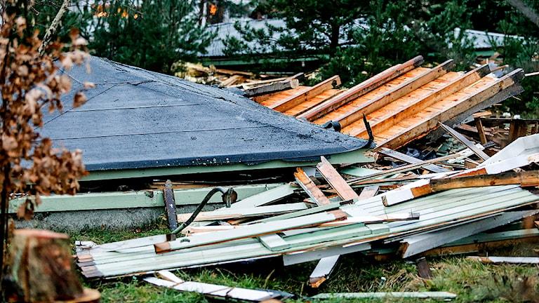 Ett tak på en stuga har rasat in i Vellinge. Tre personer är inblandade i olyckan varav minst en person ska ha varit fastklämd i rasmassorna. Foto: Stig-Åke Jönsson/TT