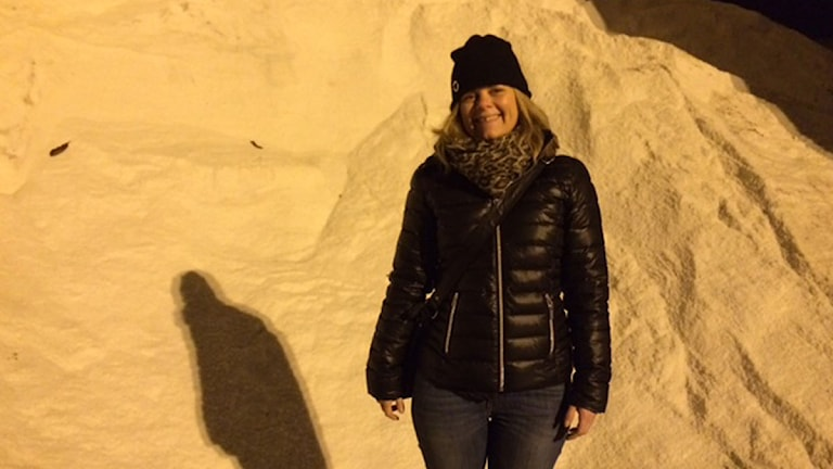Gatuingenjören Linda Wennbom i en driva av salt