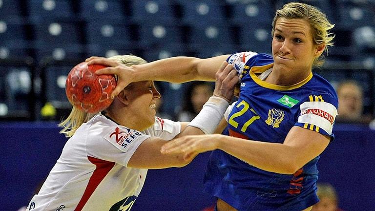 Sveriges Sabina Jacobsen tar sig förbi Norges Heidi Løke. Foto: Marko Drobnjakovic/TT