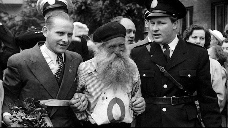 I mitten syns cyklisten Gustaf Håkansson, kallad Stålfarfar. Foto: TT