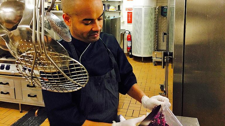Antonio Alleyné, köksmästare på Moriskan, tar hand om all den mat som skänts. Foto: Madeleine Fritsch-Lärka/Sveriges Radio