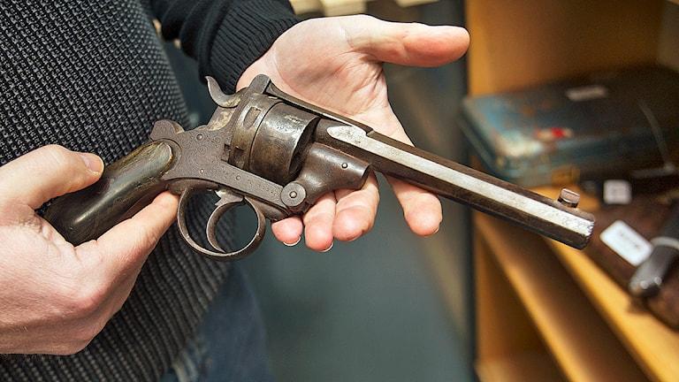 Torben Pedersen, gruppchef tillståndsenheten, med en äldre belgisk revolver av fabrikat FN som lämnats in under vapenamnestin. Foto: Drago Prvulovic/TT