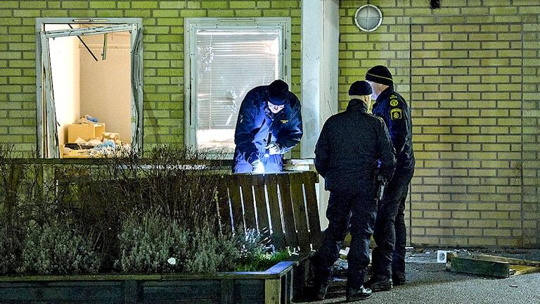 Polisens tekniker undersöker sprängningen mot fastighetsbolaget Viktoria Parks kontor. Foto: Johan Nilsson/TT