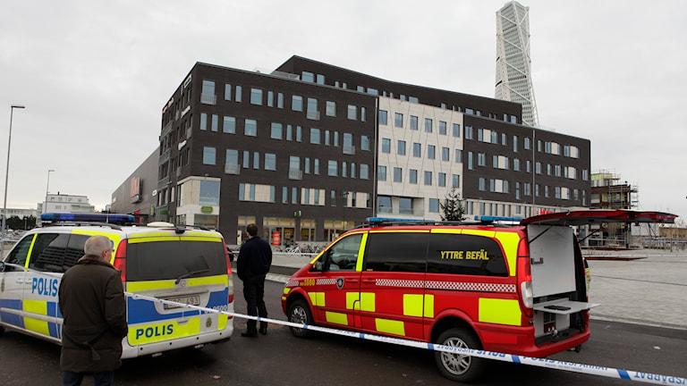 Avspärrningar kring Kronofogdens byggnad vid Masttorget i Västra hamnen i Malmö. Foto: Drago Prvulovic/TT