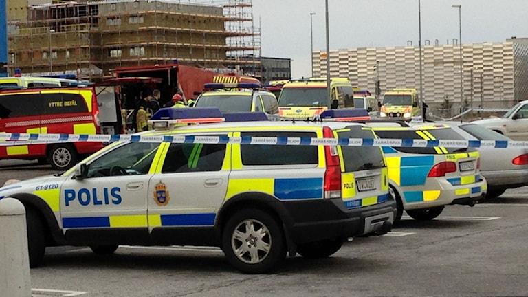 Polis och räddningstjänst vid Kronofogdens lokaler i Västra hamnen.