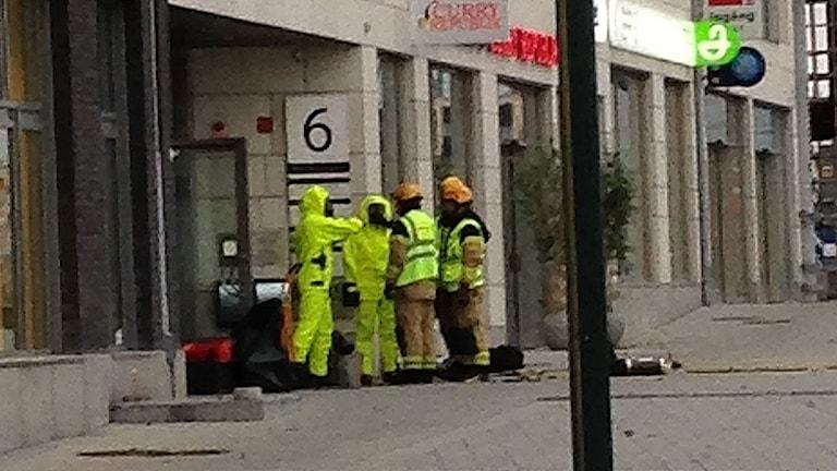 Kemdykare i skyddsdräkt utanför Kronofogdens lokaler i Västra hamnen.