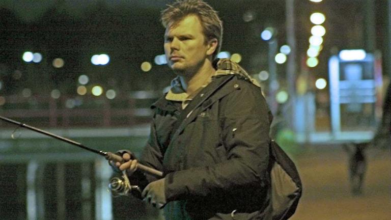 """Paul Larsson fiskar vid kanalen. Han använder sig av """"catch and release"""" - metoden. Foto: Josefin Patzauer."""