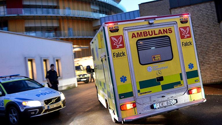 Ambulansa taybet ji Linköpingê hatiye Skåne ji bo emşîreya ku guman tê kirin bi ebola ketiye bibe nexweşxaneyê. Wêne: Johan Nilsson/TT