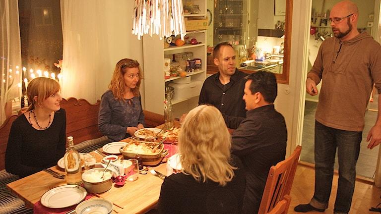 Mikael Eriksson med matgästerna Natalie Collini Anneberg, Annika Zetterstedt, Fredrik Oscarsson, Michael Mokbehri och Paulina Delén. Foto: Josefin Patzauer/Sveriges Radio