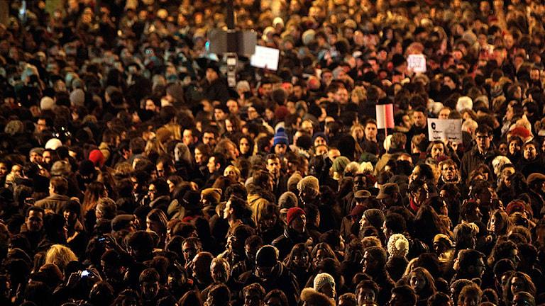 I Paris samlades många för att hedra de som dödats. Foto: Thibault Camus/TT