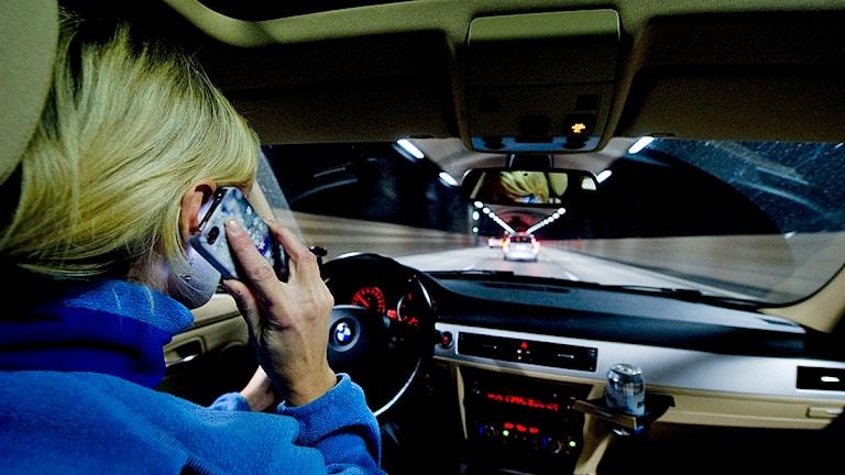 En kvinna pratar i mobilen samtidigt som hon kör bil Foto: Pontus Lundahl/TT