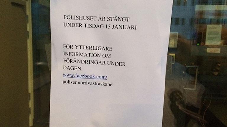Polishuset i Helsingborg är fortfarande stängt efter larmet i går då en man kom in och lämnade ett brev med vitt pulver i receptionen. På bilden en lapp som talar om att polishuset är stängt. Foto: Anna Hanspers/Sveriges Radio